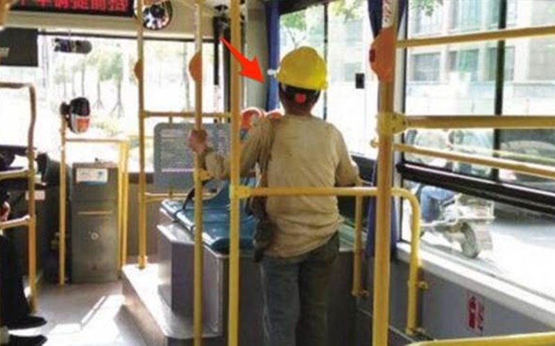公車上這位幹粗活的婦人怕弄髒椅子所以一路站回家,司機發現後說了「這句話」馬上讓她濕了眼眶!  -