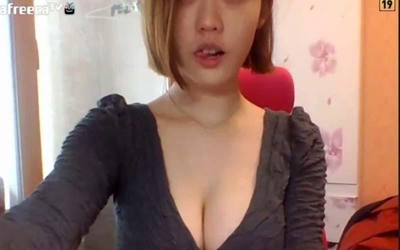南韓視訊妹從不穿OO,還大方直播洗澡畫面,超強木瓜奶根本太超過了!!載點