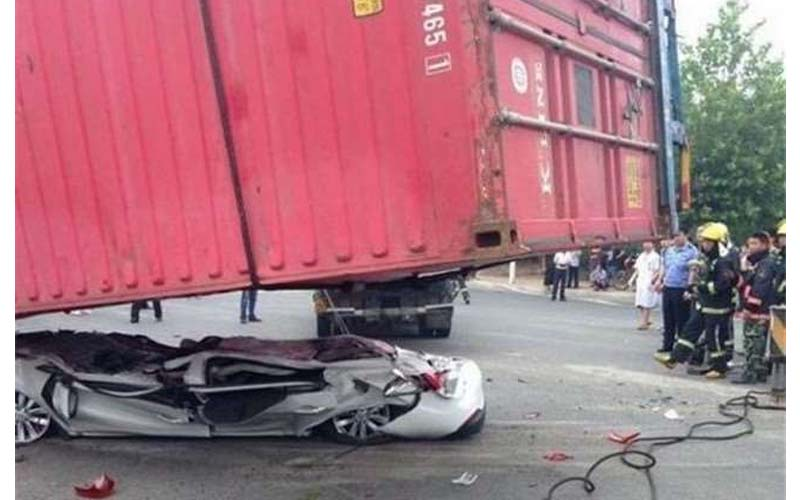 一台汽車被大卡車壓得扁扁扁,當大家都認為車裡的人應該沒命時,忽然聽到車內...