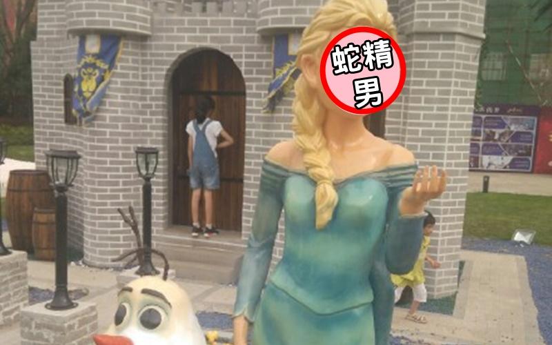 網友分享自己出遊拍到的艾莎雕像,但仔細一看,竟然撞臉蛇精男。  -